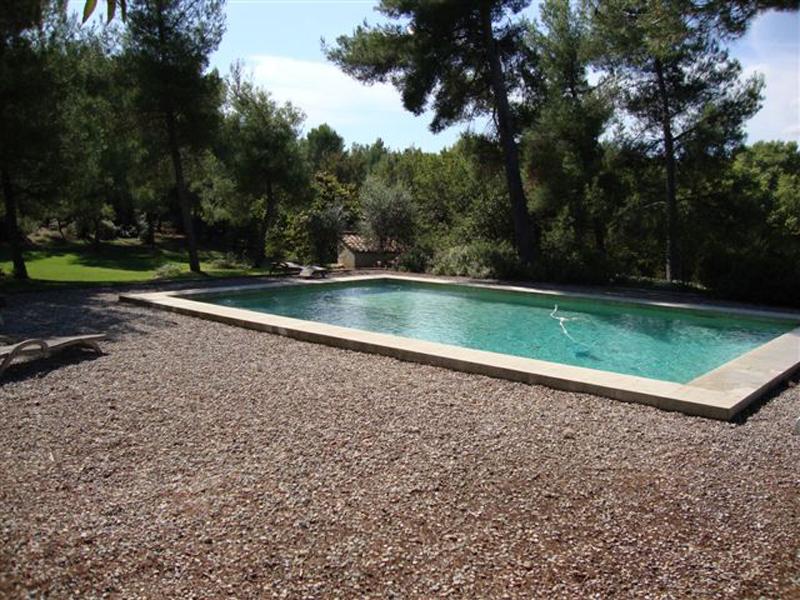 plage piscine cailloux