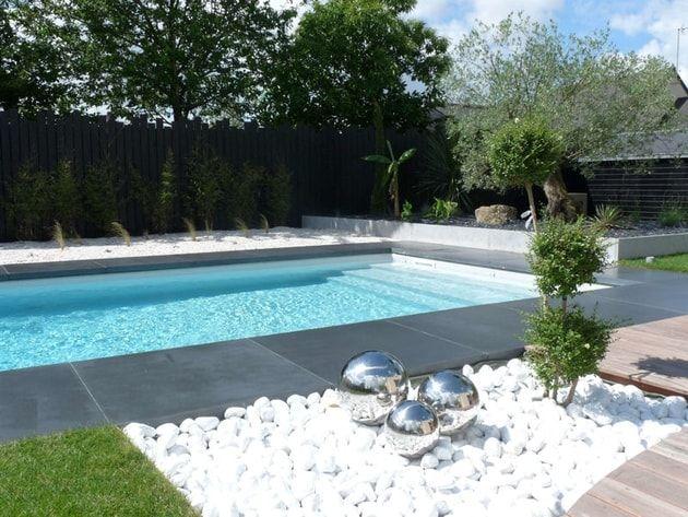 Plage piscine cailloux - Amenagement terrasse piscine ...