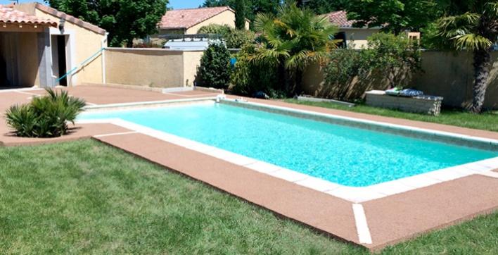 plage piscine en beton colore