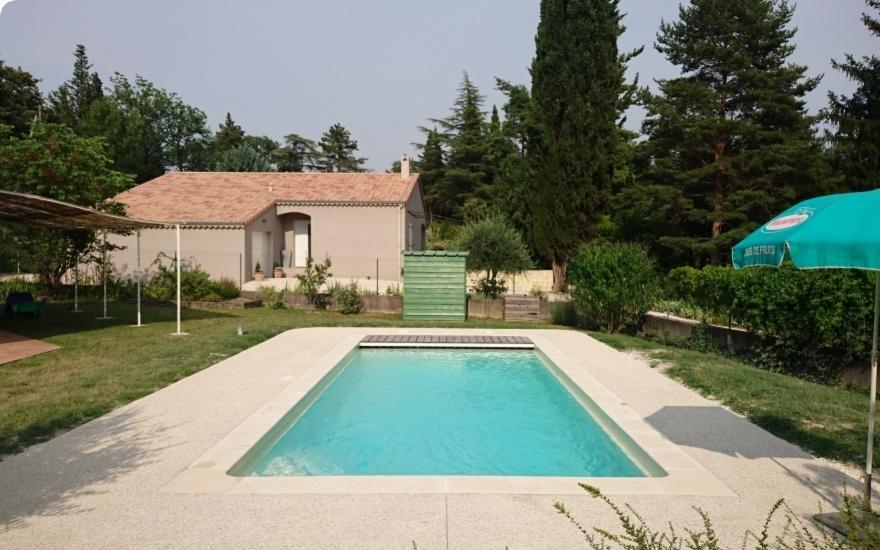 plage piscine en beton desactive