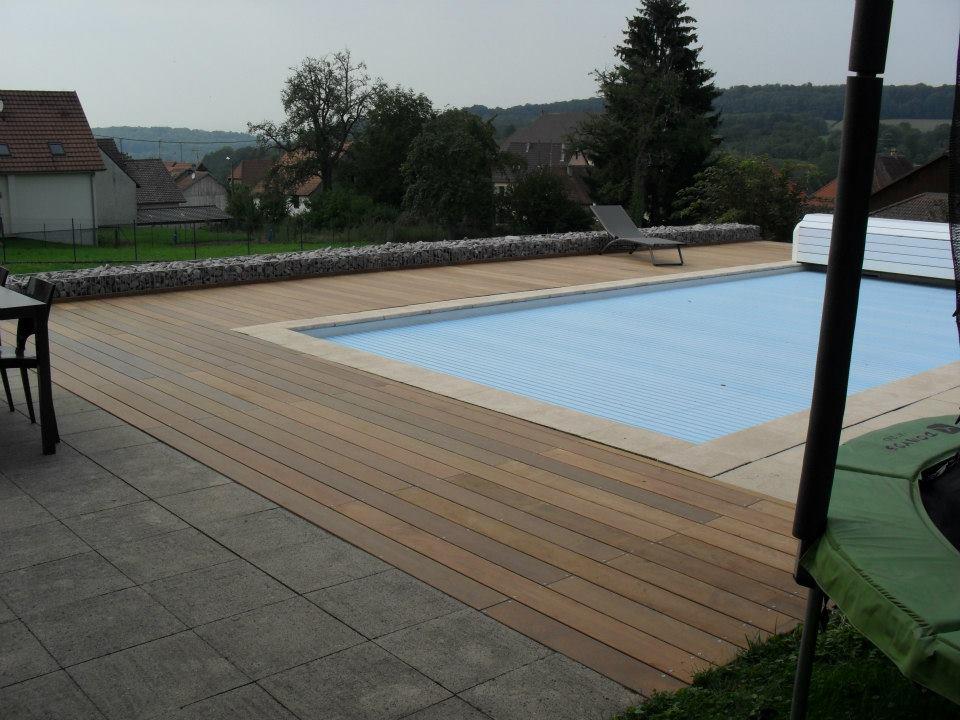 terrasse piscine bois et carrelage. Black Bedroom Furniture Sets. Home Design Ideas