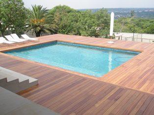 terrasse piscine bois exotique