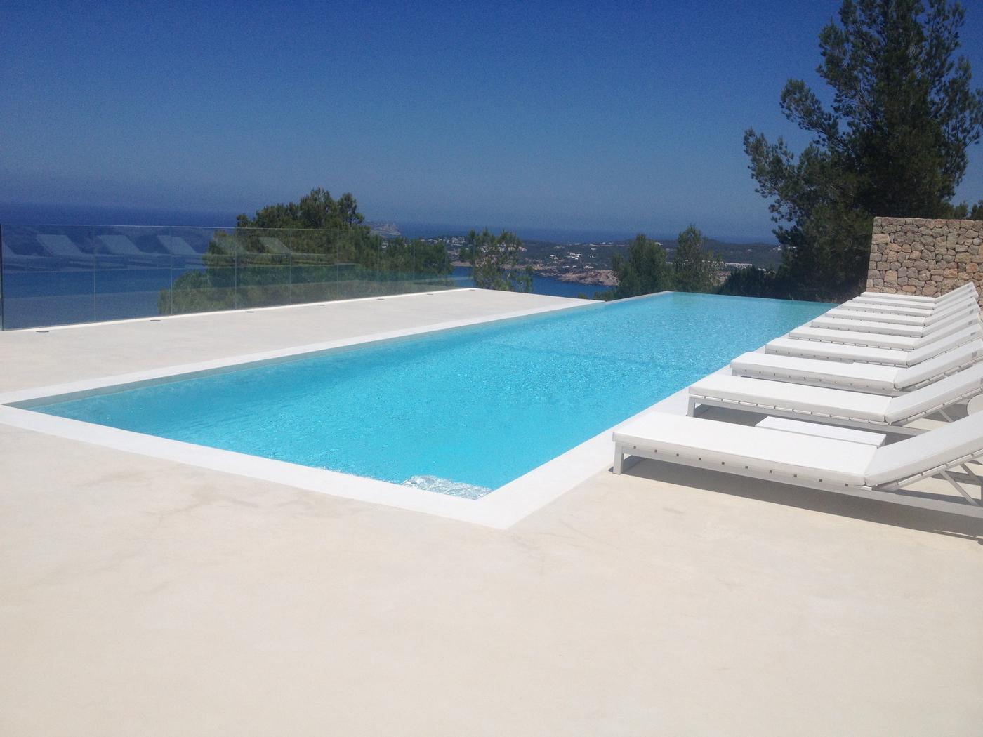 terrasse piscine en beton decoratif