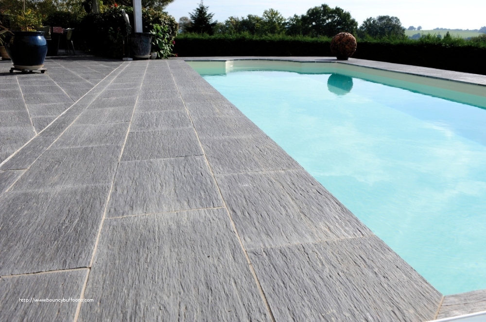 terrasse piscine en carrelage