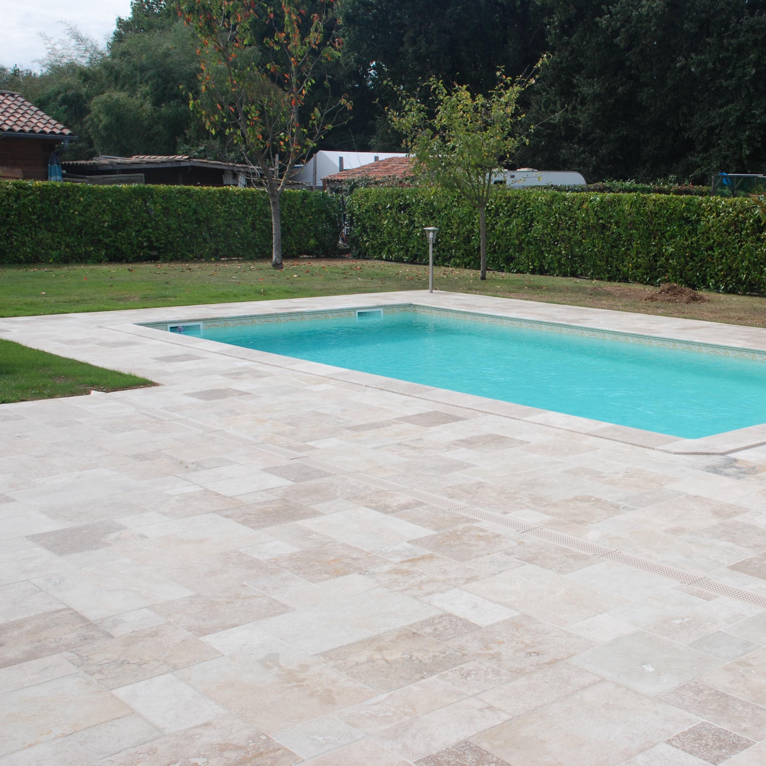terrasse piscine travertin